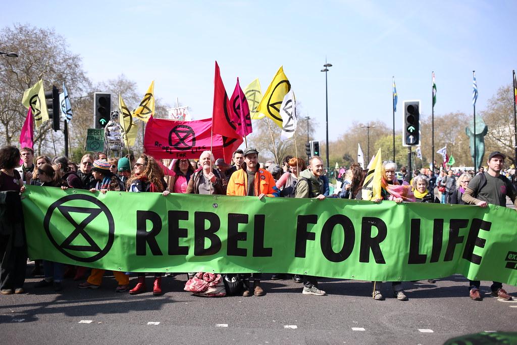環保人士佔領倫敦地標「反抗滅絶」 控訴政府減碳不力